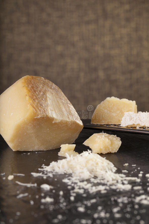 Download 干酪磨碎了 库存图片. 图片 包括有 磨碎, 刀子, 楔子, 新鲜, 可口, 传统, 巴马干酪, 剪切, 成份 - 59106731