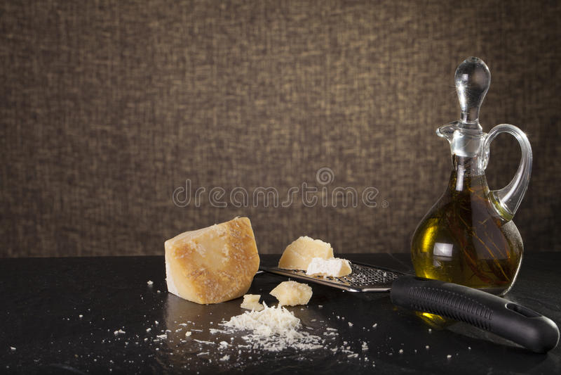 Download 干酪磨碎了 库存照片. 图片 包括有 剪切, 刀子, 花格, 烹调, 巴马干酪, 美食, 健康, 橄榄, 成份 - 59106778
