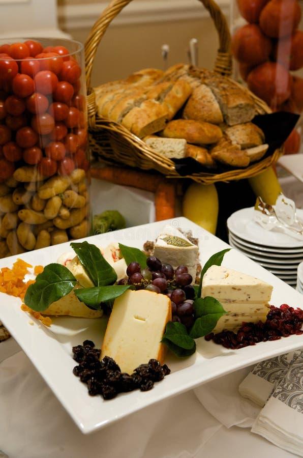 干酪装饰美食的牌照 免版税库存照片