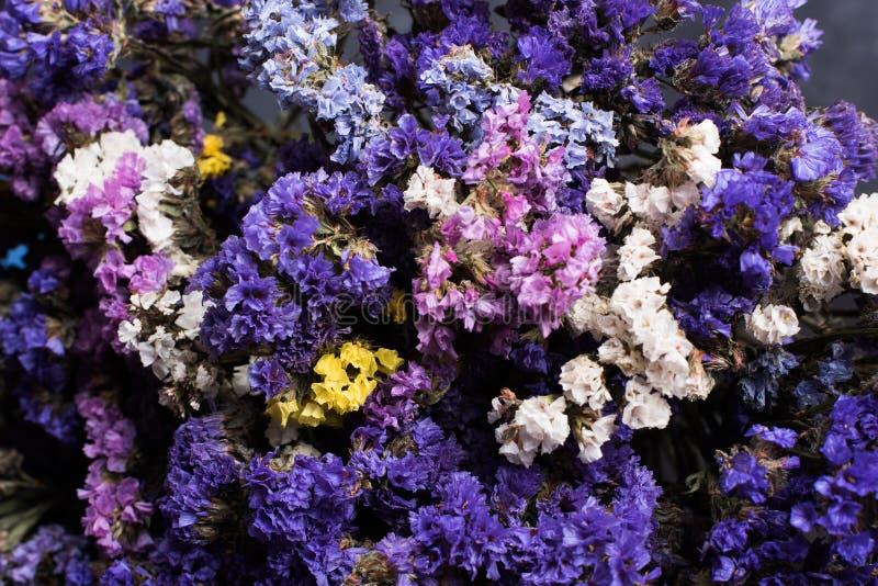 干野花花束在葡萄酒木板条的顶视图黑纹理背景的水平 免版税库存图片
