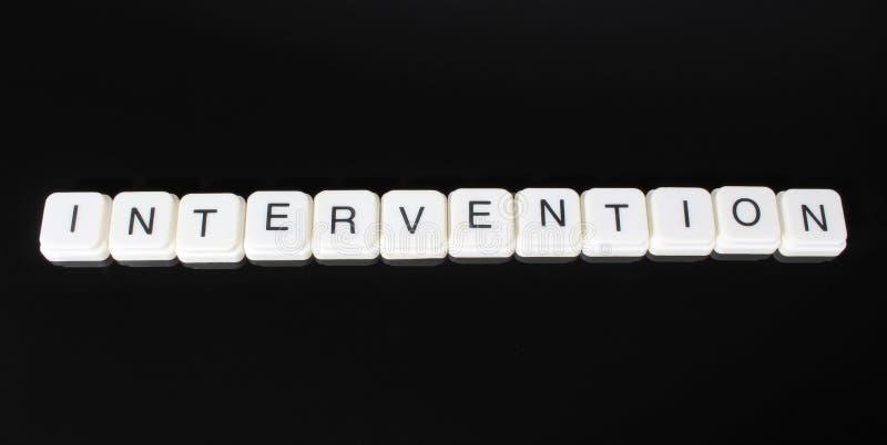 干预文本词标题说明标签盖子背景背景 字母表信件在黑反射性背景的玩具块 W 库存照片