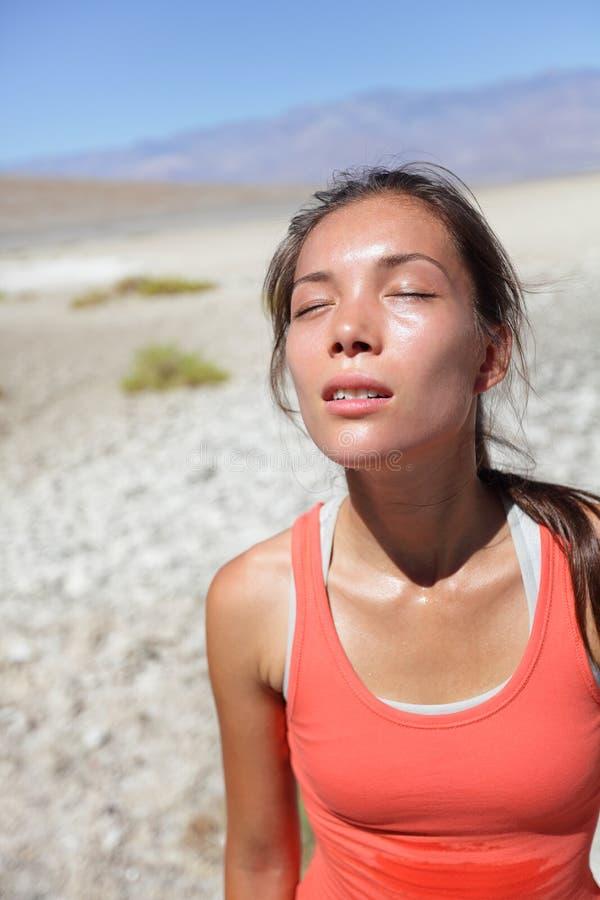干渴-冒汗沙漠的被脱水的渴妇女 免版税图库摄影