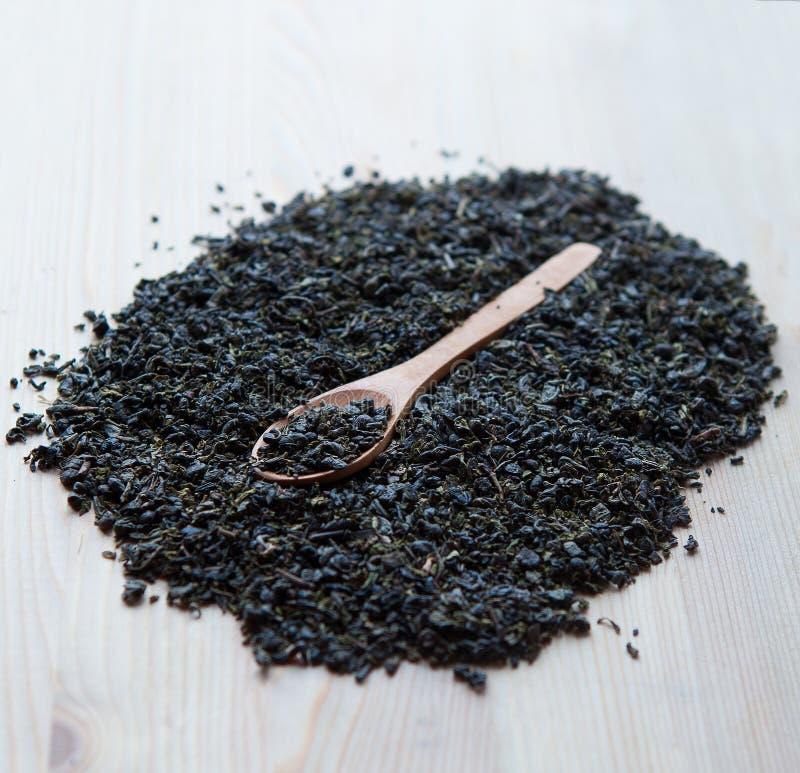 干绿色茶叶匙子在木背景的 免版税图库摄影
