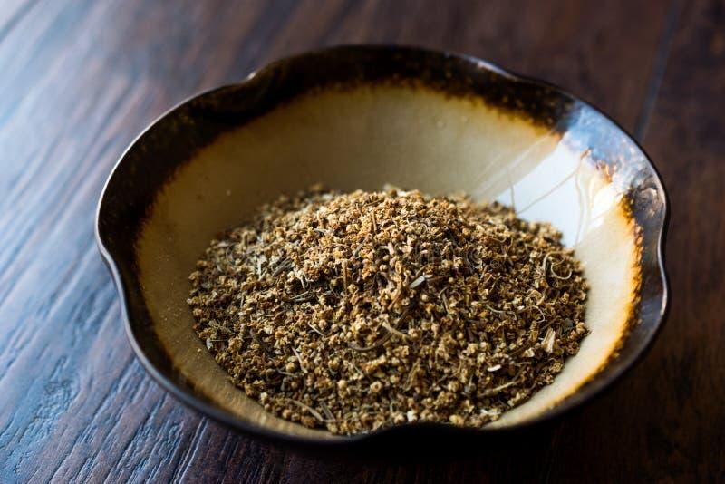 干Elderflower接骨木花/干接骨木浆果在陶瓷碗 免版税库存图片