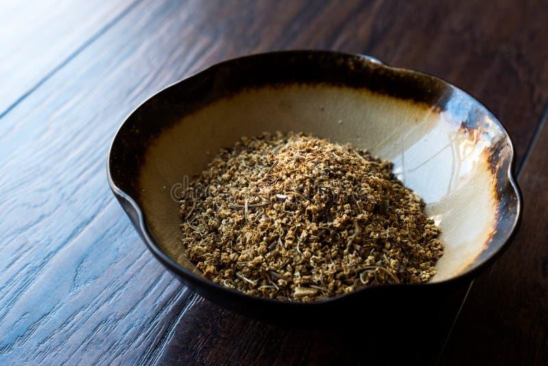 干Elderflower接骨木花/干接骨木浆果在陶瓷碗 免版税库存照片