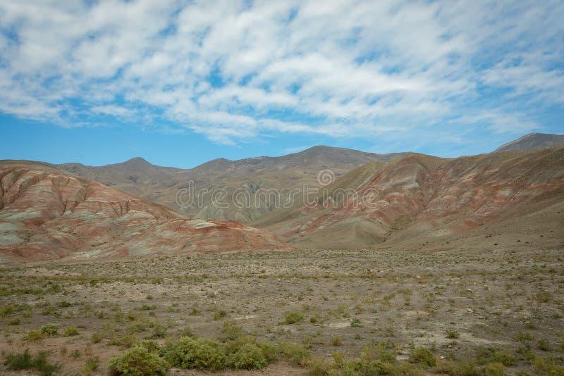 平原和山富有在金属上,与红色条纹 免版税库存图片