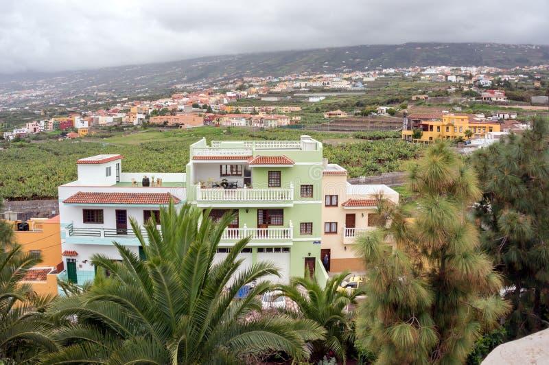 平原的看法与西班牙解决的有在前景的一栋居民住房的,在特内里费岛海岛的北部  库存照片