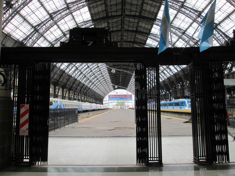 平台和火车在Retiro驻地在一星期 库存图片