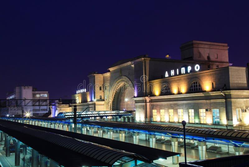平台和火车站的大厦与题字` Dnipro `的在晚上 图库摄影