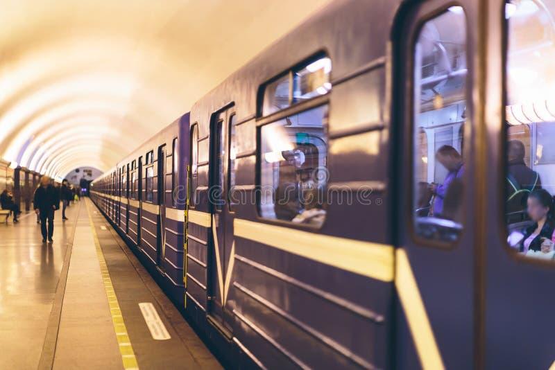 平台的人们在地铁 库存图片