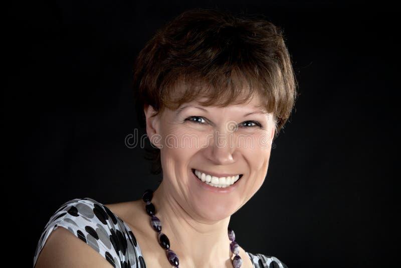 平均背景黑色微笑的妇女岁月