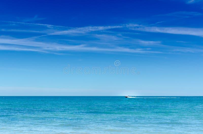 水平大蓝色海洋和天空的快艇 免版税库存照片