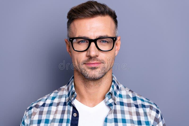 平安地关闭英俊的照片他他整洁不是他的人聪明的可靠的经理金融家人逗人喜爱的微笑 免版税库存图片