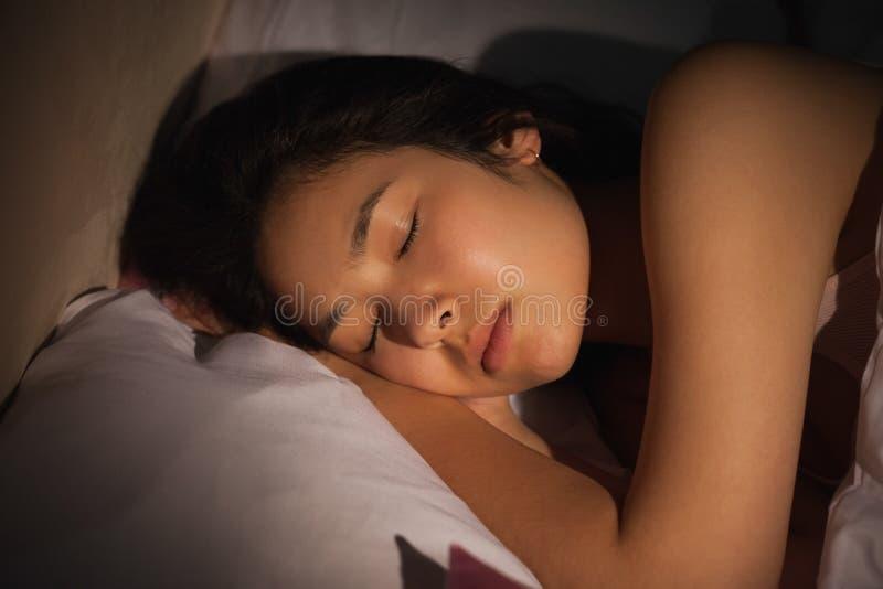 平安地睡觉在晚上的年轻亚裔妇女 库存照片