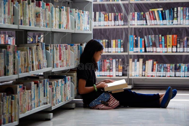 平安地读在图书馆里 库存照片