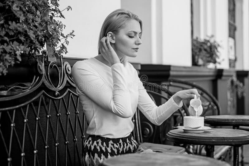 平安的咖啡休息 妇女典雅的镇静面孔有饮料咖啡馆大阳台户外 杯子好咖啡在早晨给我 免版税图库摄影