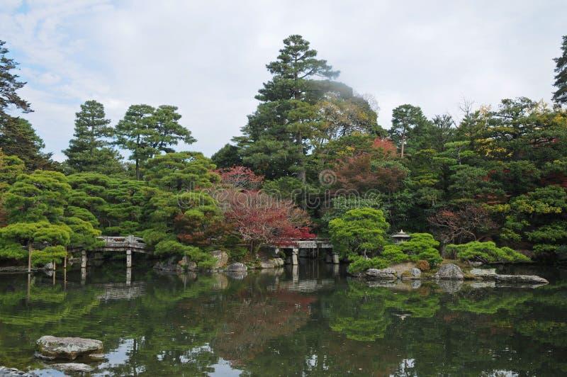 平安的日本禅宗庭院和池塘在秋天 免版税库存图片