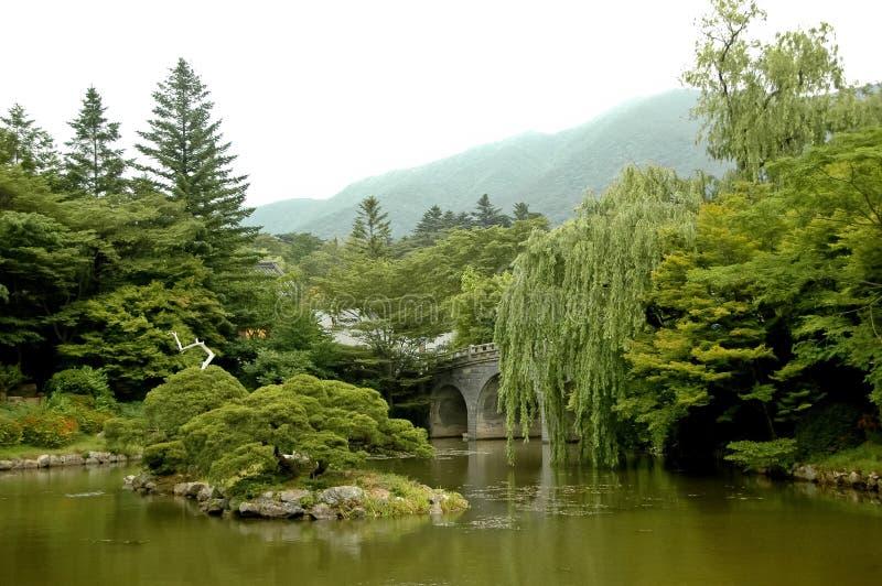 平安的日本禅宗庭院 免版税库存照片