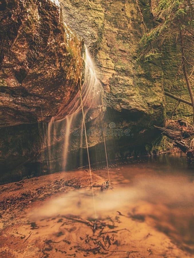 平安的瀑布在wilde庭院造成一种冥想的心情 库存图片