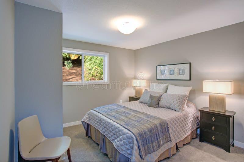 平安的灰色蓝色卧室内部 库存照片