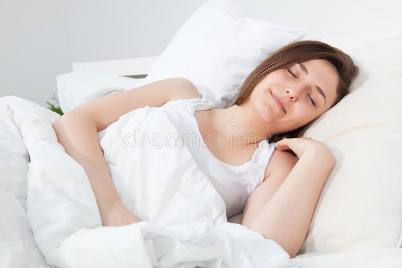 平安的睡眠的美丽的妇女 免版税库存图片