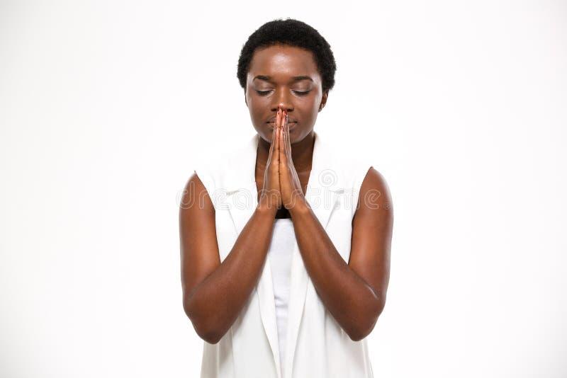 平安的美好的非裔美国人的少妇身分和祈祷 免版税库存图片