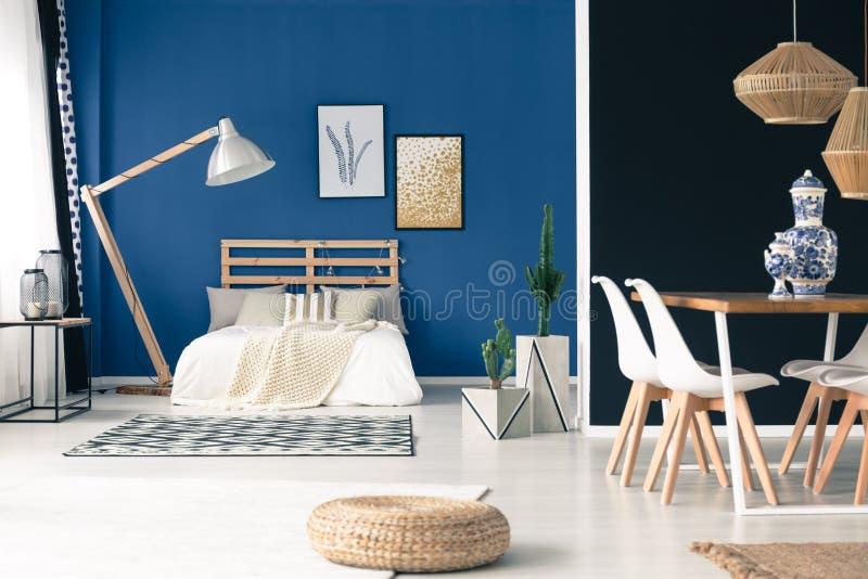 平安的蓝色单室公寓 图库摄影