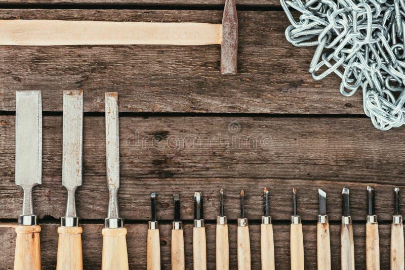 平展放置与链锤子和凿子森林知识的在黑暗 免版税库存照片