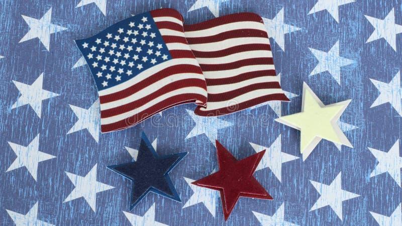 平展放置在蓝色和白色担任主角的背景的美国国旗 免版税库存图片