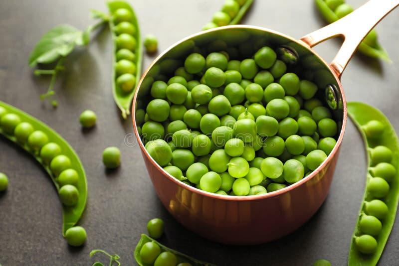 平底深锅用在桌上的绿豆 免版税库存照片
