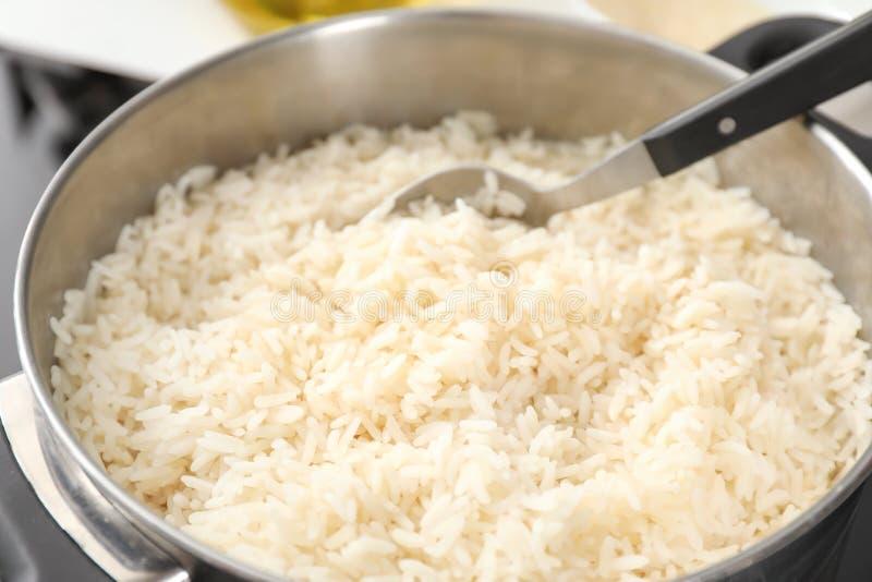 平底深锅用在火炉,特写镜头的煮沸的米 免版税库存图片