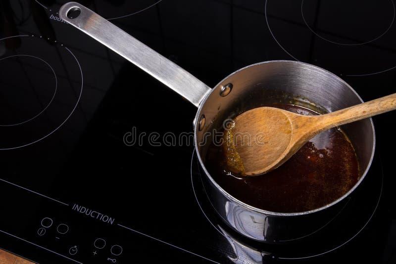平底深锅用meltet糖 免版税库存图片