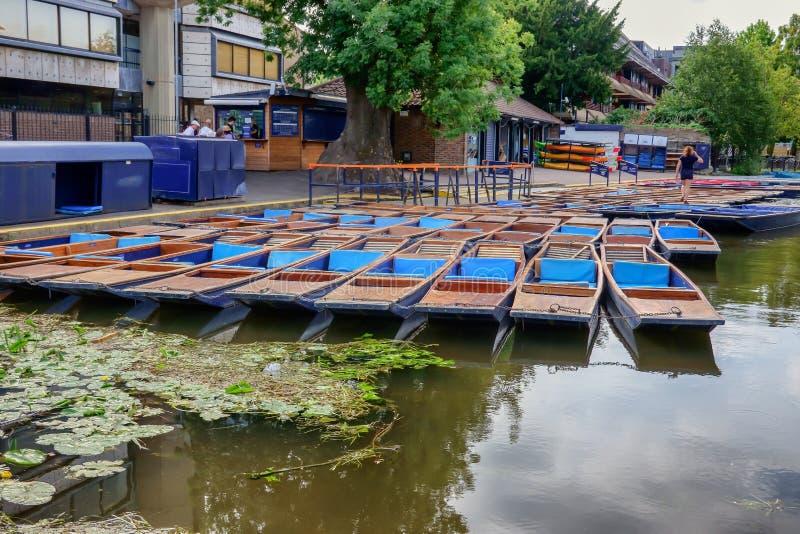 平底船在河凸轮排队了在剑桥英国 库存照片