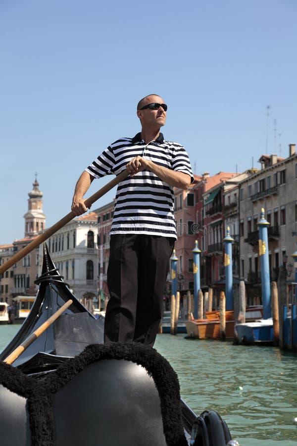 平底船的船夫划船长平底船在威尼斯 图库摄影