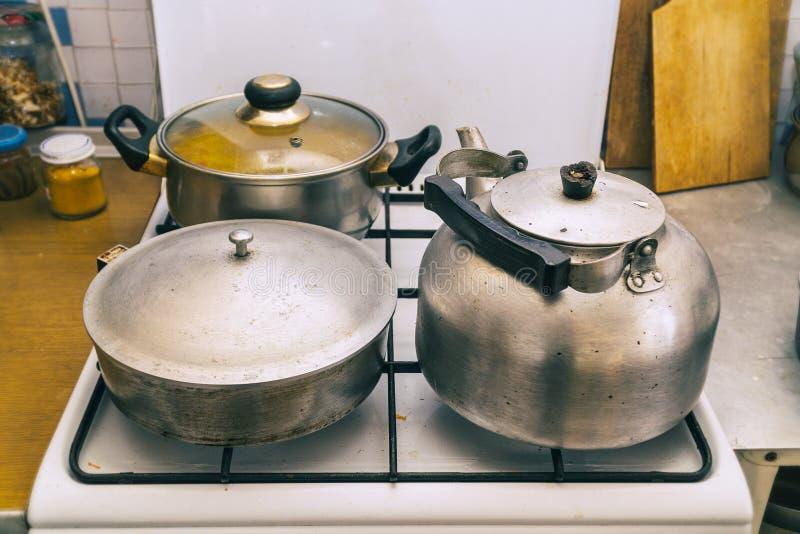 平底锅、煎锅和水壶在火炉 图库摄影