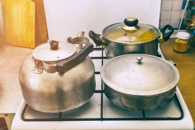平底锅、煎锅和水壶在火炉 库存图片