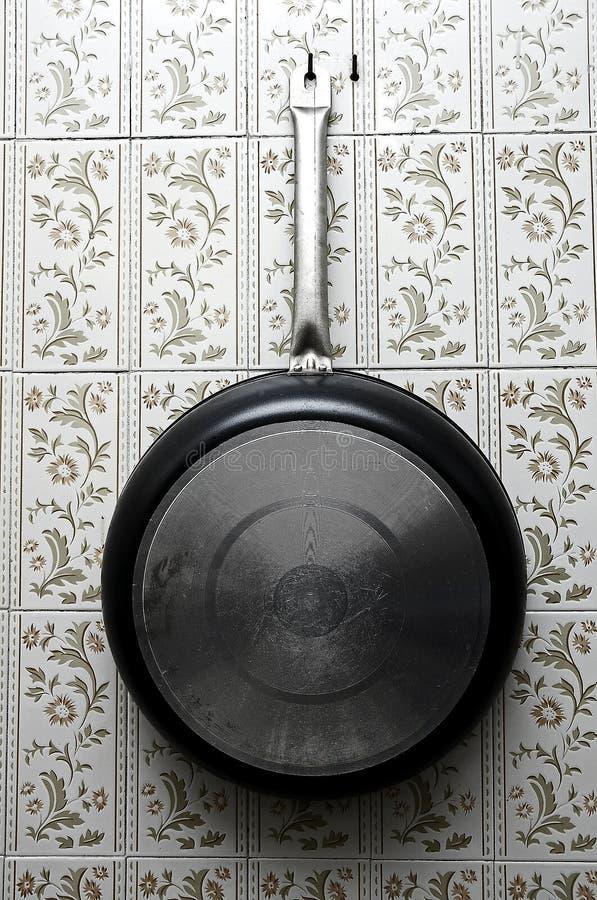 平底锅在厨房里 库存照片