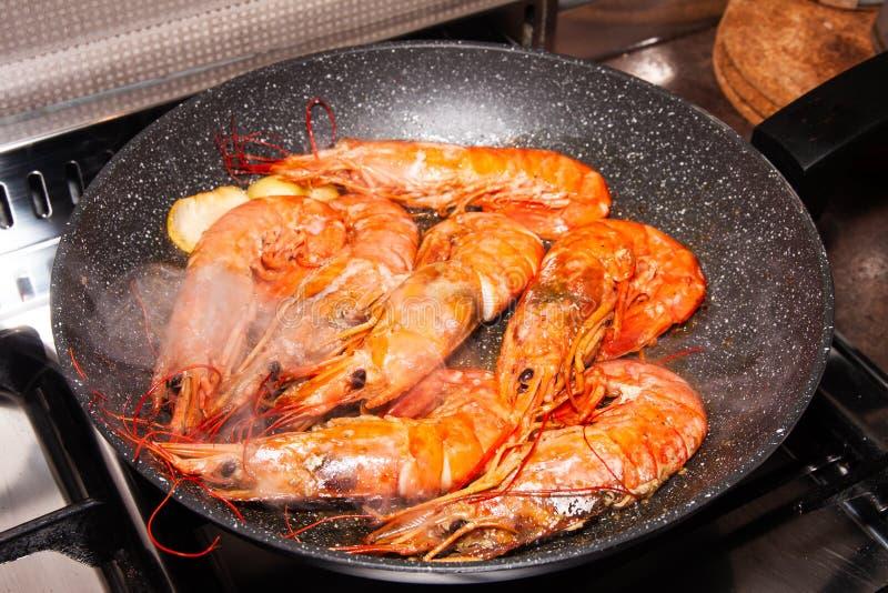 平底锅用大,鲜美和温暖的橙色大虾,当烹调在火炉时 库存图片
