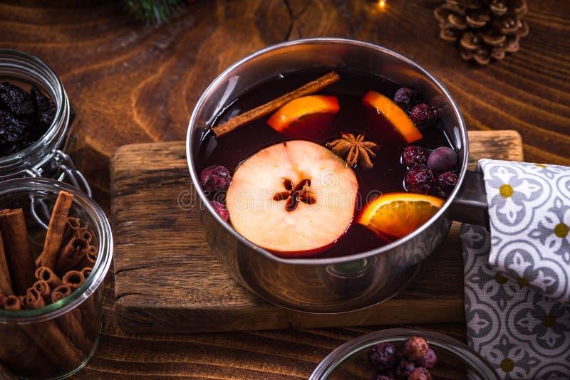 平底锅用热的加香料的热葡萄酒,圣诞节欢乐饮料 免版税库存照片