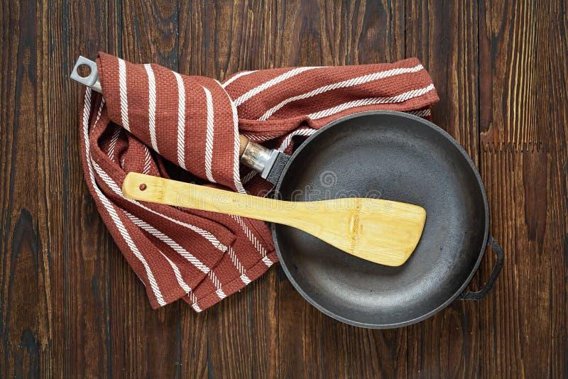 平底锅,在桌,烹调,厨房,不锈钢,烘烤,平底锅,圆的聚四氟乙烯,烹调,生铁,在桌,台式上的平底锅上的平底锅, 库存图片