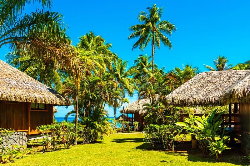 平房的看法在盐水湖胡阿希内岛,法属玻里尼西亚 免版税库存照片