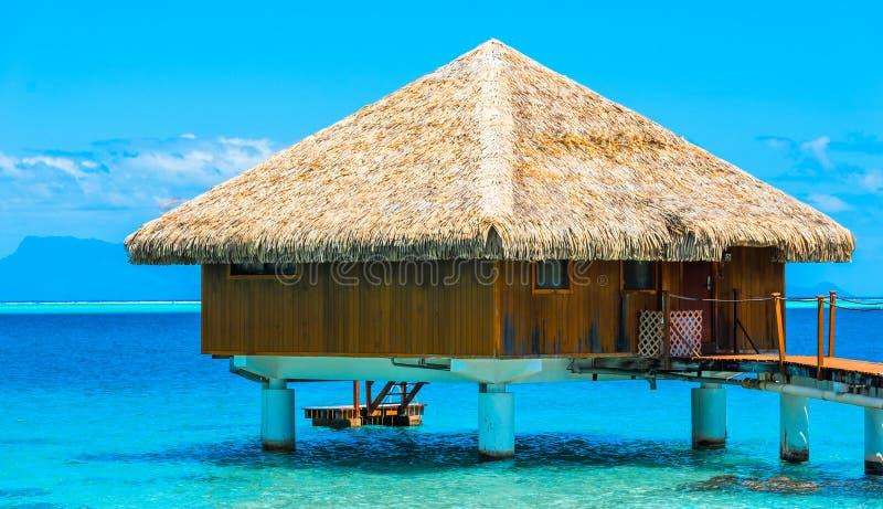 平房的看法在盐水湖胡阿希内岛,法属玻里尼西亚 免版税图库摄影