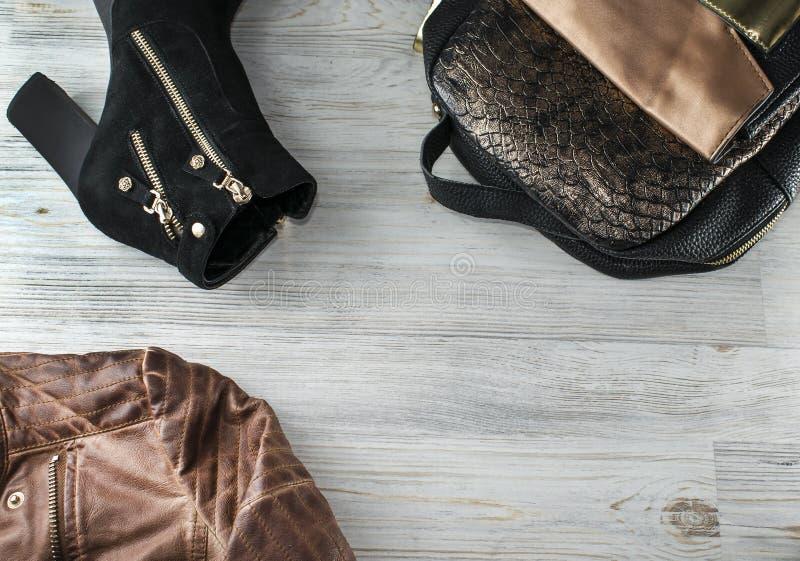 平时尚和博客作者在木背景 顶视图衣裳和辅助部件 图库摄影