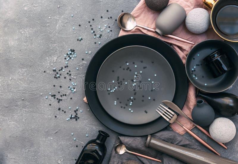 平的与板材、叉子、刀子和礼物盒的位置现代欢乐党桌设置 图库摄影