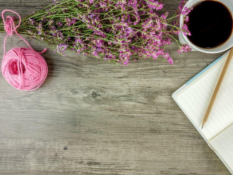 平的位置、顶视图灰色木书桌有文具的和咖啡 免版税库存图片