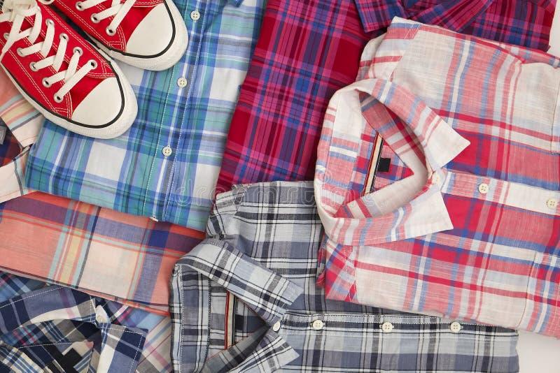 平的位置不同的方格的衬衣witn红色运动鞋 偶然妇女衣物集合 免版税库存照片