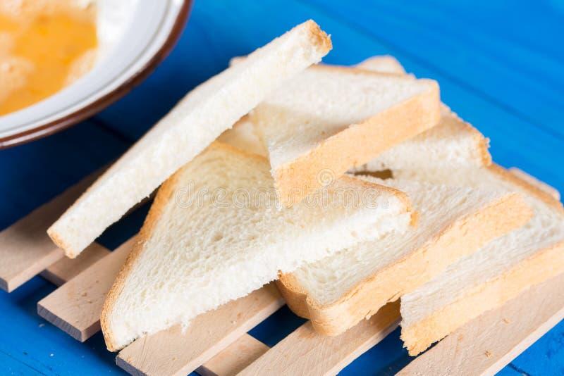 平的位置与法式多士的多士面包混合了鸡蛋 库存照片