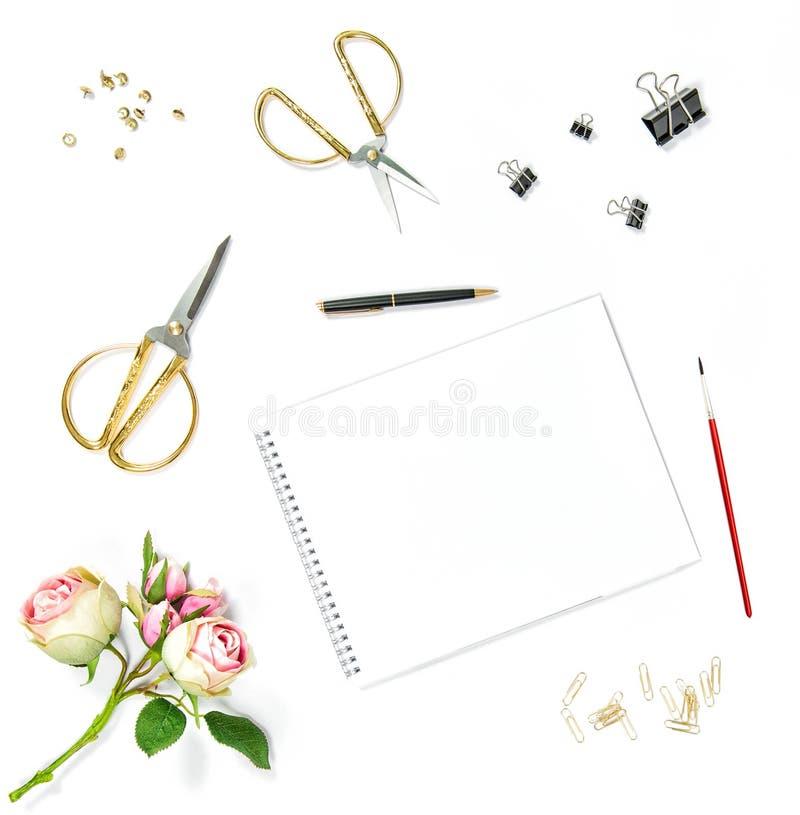 平的位置写生簿水彩刷子办公室工具玫瑰色花 免版税库存照片