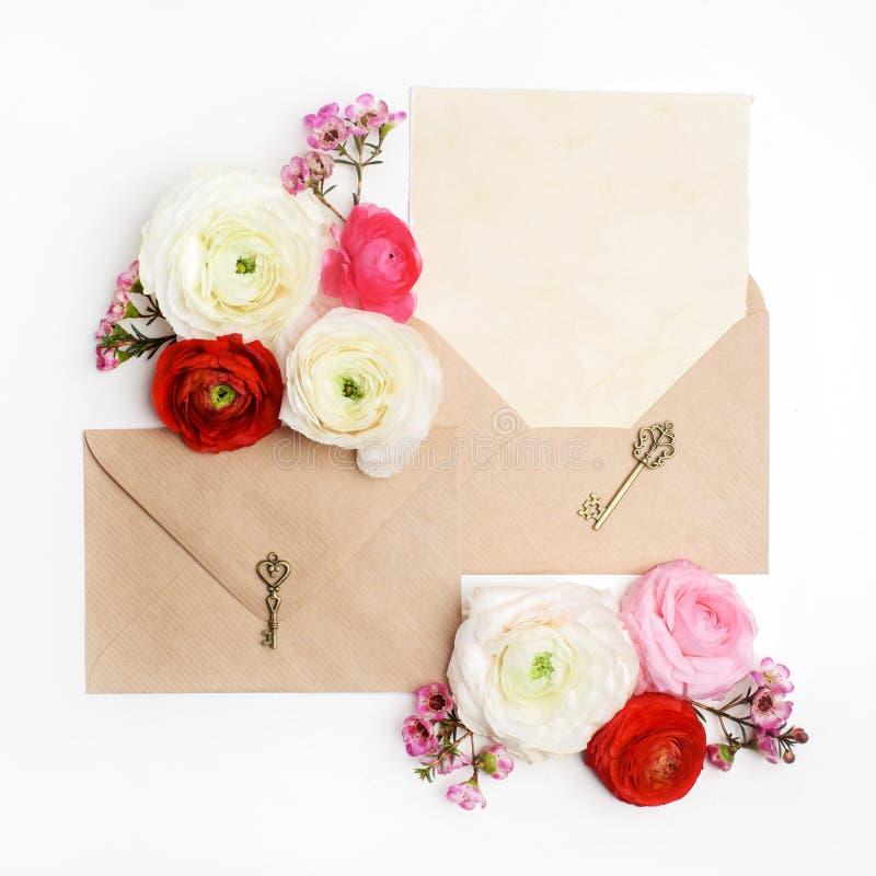 平的位置射击了在白色背景的信件和eco纸信封 婚礼邀请卡片或情书与 免版税图库摄影
