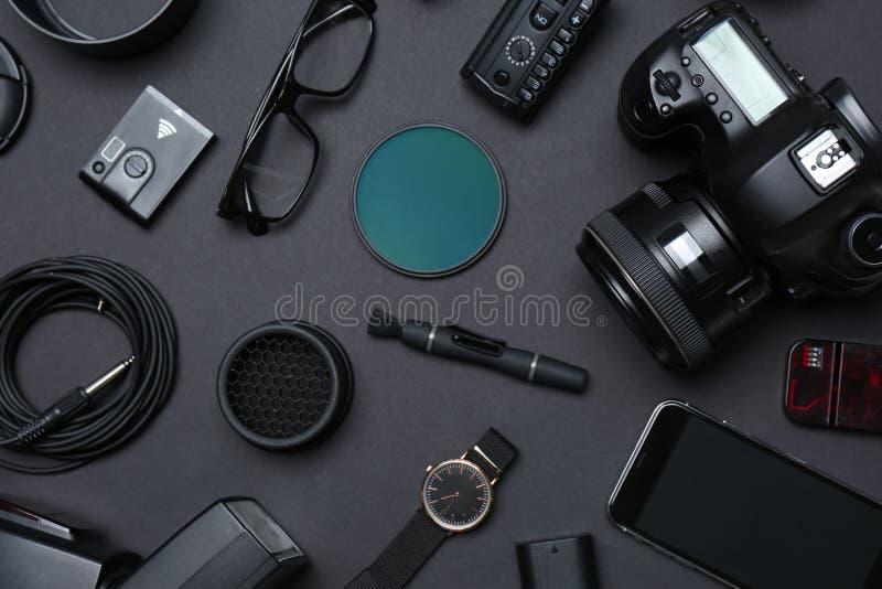 平的位置构成用专业摄影师的设备 免版税库存图片